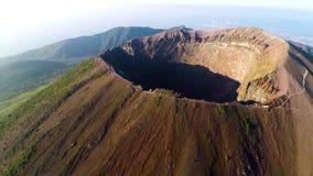 Flyg- sikt, full krater av vulkan Vesuvius, Italien, Naples, episk vulkanlängd i fot räknat från höjd stock video