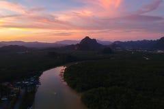 Flyg- sikt, härlig solnedgång på nationalparken för Ao Phang Nga fotografering för bildbyråer