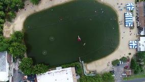 Flyg- sikt hål för sjösimning stock video