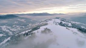 Flyg- sikt i dimmigt solnedgångvinterberg lager videofilmer