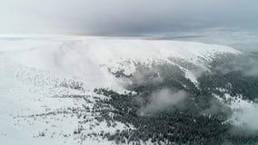 Flyg- sikt i dimmigt vinterberg Miljö natur lager videofilmer