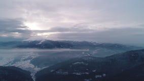 Flyg- sikt i soluppgångvinterberg stock video