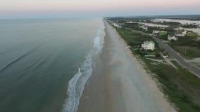 Flyg- sikt/inter-kust-, strandhus, dynlinje, strand och hav; Topsail ö NC arkivfilmer