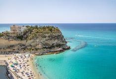 Flyg- sikt ` Isola, kyrka - Tropea, Calabria, Italien av för den Tropea strand- och Santa Maria dellen Arkivbilder