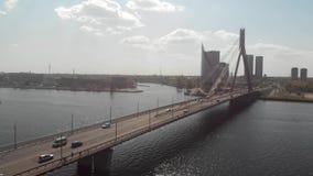 flyg- sikt 4k av bron i Riga, Lettland Daugavaflod lager videofilmer