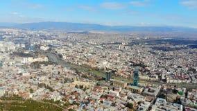 flyg- sikt 4k av gränsmärkecityscapepanorama av Tbilisi, Georgia stock video