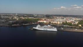 flyg- sikt 4k av kryssningskeppet som ankras på floden Daguava arkivfilmer