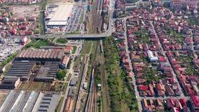 Flyg- sikt 4k av stadsbyggnader från ett surr Cluj Napoca cityscape, Rumänien arkivfilmer