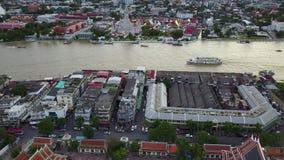 flyg- sikt 4K på vägen som vilar Buddha Wat Pho till den Wat Arun templet stock video