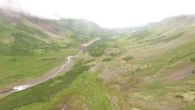 Flyg- sikt Kamchatka Flyga över stenarna och snön flyg dimma stock video