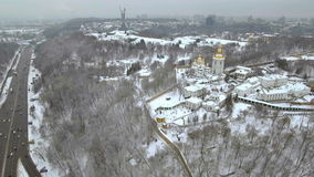 Flyg- sikt Kiev-Pechersk Lavra i vintern, Kiev, Ukraina stock video