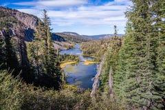 Flyg- sikt kolossal sjöar handfat av för den tvilling- sjön, royaltyfria bilder