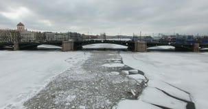 flyg- sikt Flyg längs floden Neva i mulet kallt väder för vinter Bro över floden Petersburg Höjden lager videofilmer