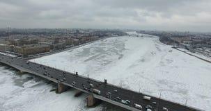 flyg- sikt Flyg längs floden Neva i mulet kallt väder för vinter Bro över floden Petersburg Höjden av fågeln stock video