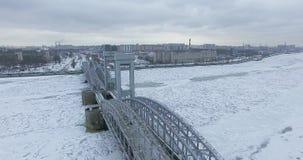 flyg- sikt Flyg längs floden Neva i mulet kallt väder för vinter Bro över floden Petersburg Höjden av fågeln lager videofilmer