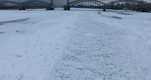flyg- sikt Flyg längs floden Neva i mulet kallt väder för vinter Bro över floden Petersburg Höjden av fågeln arkivfilmer