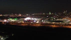 Flyg- sikt Lincoln Financial Field på natten stock video
