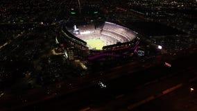 Flyg- sikt Lincoln Financial Field Philadelphia på natten på Gameday stock video