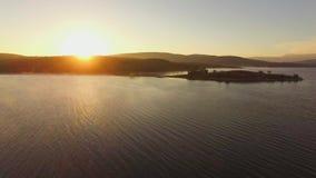 flyg- sikt Liten ö i mitt av vatten arkivfilmer