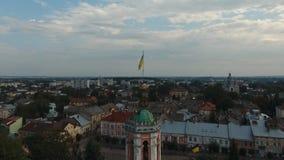 Flyg- sikt - liten stad på Sambor, centrum, flagga Ukraina arkivfilmer