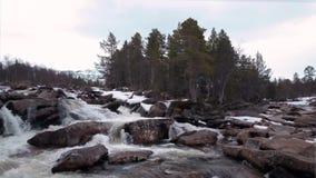 flyg- sikt Liten vattenfallflod i steniga berg f?r sten, Norge lager videofilmer