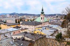 Flyg- sikt med det kyrkliga tornet i historisk stad av Salzburg, Österrike Royaltyfria Foton