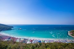 Flyg- sikt med Seascape av den Koh Larn ön arkivfoto