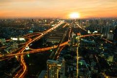 Flyg- sikt med stads- arkitektur med solnedgång Fotografering för Bildbyråer
