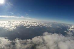 Flyg- sikt - moln, sol och blå himmel Royaltyfria Foton