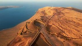 Flyg- sikt nära den Mirador del Rio de Janeiro synvinkeln, Lanzarote, kanariefågelöar, Spanien lager videofilmer