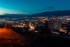 Flyg- sikt, nattcityscapesikt med natthimmel naturlig klar sikt med fyrverkerier över storstadkvarter med gataljus och royaltyfri bild
