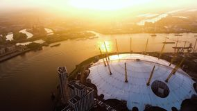 Flyg- sikt ovanför den London O2-arenan vid flodThemsen Arkivfoton
