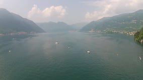 Flyg- sikt ovanför den stora härliga sjön, Como sjö, Italien Italia lager videofilmer