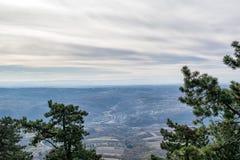 Flyg- sikt på berg och skogar i Serbien Arkivfoto