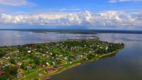 Flyg- sikt på bosättningen på banken av sjön stock video