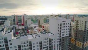 Flyg- sikt på bostadsområde Ett nyligen avslutat bostadsområde i en sommarinställning Flyg- nytt gods med arkivfilmer