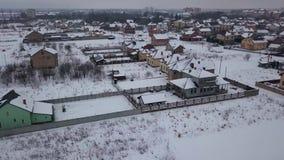 Flyg- sikt på bostadsområde med privata hus i vinter arkivfilmer