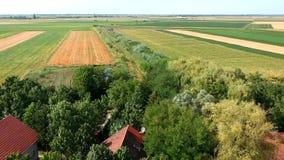 Flyg- sikt på byn Curug i Serbien stock video
