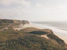 Flyg- sikt på de kaliforniska Stilla havetklipporna Arkivbilder