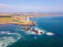 Flyg- sikt på de kaliforniska Stilla havetklipporna Royaltyfria Foton