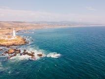 Flyg- sikt på de kaliforniska Stilla havetklipporna Royaltyfri Bild