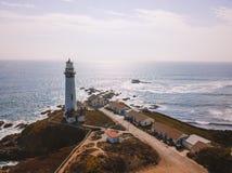 Flyg- sikt på de kaliforniska Stilla havetklipporna Arkivbild