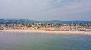 Flyg- sikt på de kaliforniska Stilla havetklipporna Arkivfoto