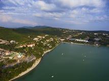 Flyg- sikt på den Abrau Durso församlingen och sjön Fotografering för Bildbyråer