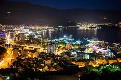 Flyg- sikt på den färgrika Budva för natt staden Den centrala moderna delen med havskusten och port i Budvanska riviera Montenegr royaltyfri fotografi