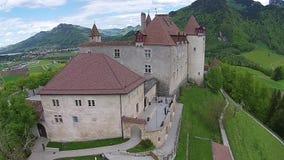 Flyg- sikt på den Gruyeres slotten i kanton av Fribourg, Schweiz arkivfilmer