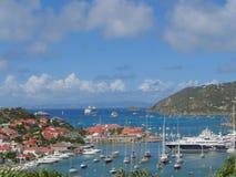 Flyg- sikt på den Gustavia hamnen med mega yachter på St Barts Royaltyfri Bild