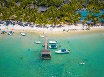Flyg- sikt på den härliga stranden i Trou hjälpBiches, Mauritius arkivfoto