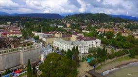 Flyg- sikt på den Sukhumi invallningen och staden arkivfilmer