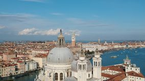 Flyg- sikt på den Venedig kanalen under karnevalet 2018 arkivfilmer
